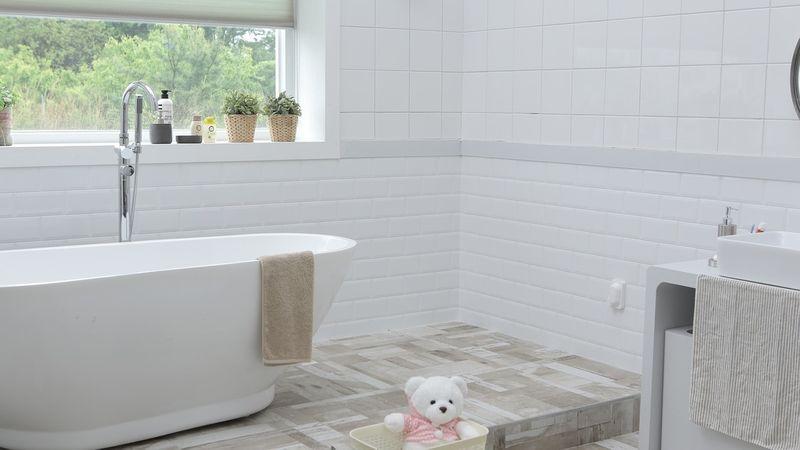 Vrei o baie moderna si confortabila? Afla ACUM de ce trebuie sa optezi pentru cada!