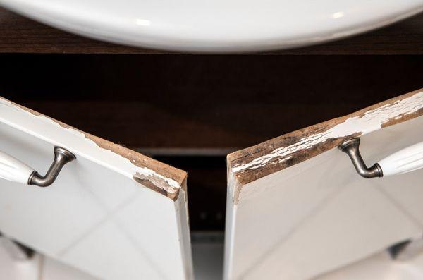 De ce NU este recomandat sa faci dusuri fierbinti cu geamul inchis? Iata cum iti afecteaza umiditatea mobila din baie!